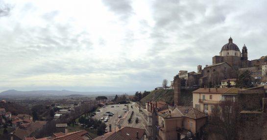 Montefiascone, rechts die Stadt auf dem Hügel mit großer Kirchenkuppel, links das Tal