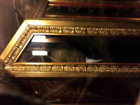 Einbalsamierter Körper im Sarkophag