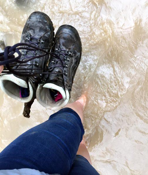 Schuhe aus und Fluss durchqueren