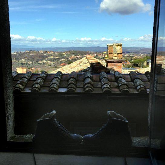 Montefiascone: Blick aus dem Fenster mit Wanderschuhen