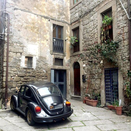 Viterbo: Schwarzes Käferauto vor altem Haus