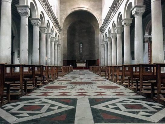 Kathedrale von innen: Bogengang mit gemustertem Boden