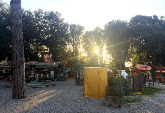 Park im Viterbo mit Karussels in der tief stehenden Sonne