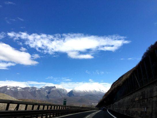 A25: Torano - Pescara, mit Schnee bedeckte Berge in einer schroffen Landschaft