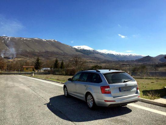 Silbernes Auto vor Berglandschaft