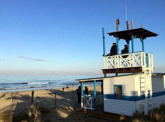 Torre del Cerrano: Strand mit Holzturm der Strandaufsicht im Abendlicht