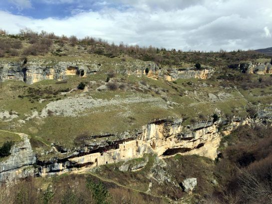 Eremo di San Bartolomeo vaus der Höhe der anderen Schluchtseite