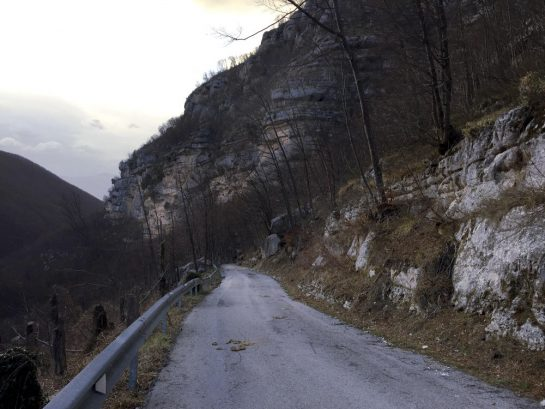 Rückweg zum Auto über eine steile Straße