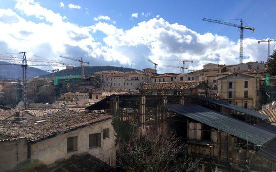 L'Aquila: Blick auf die Dächer mit Baukränen