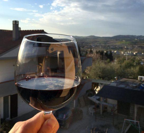 Glas Wein vor Abendsonne