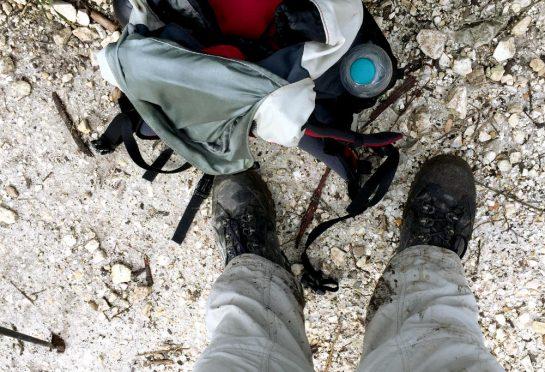 Rast mit dreckigen Schuhen und matschiger Hose