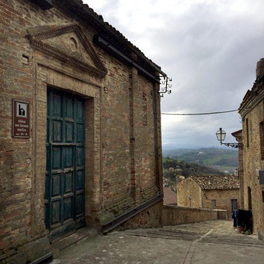 Carassai: Blick von der Kirche hinunter ins Tal