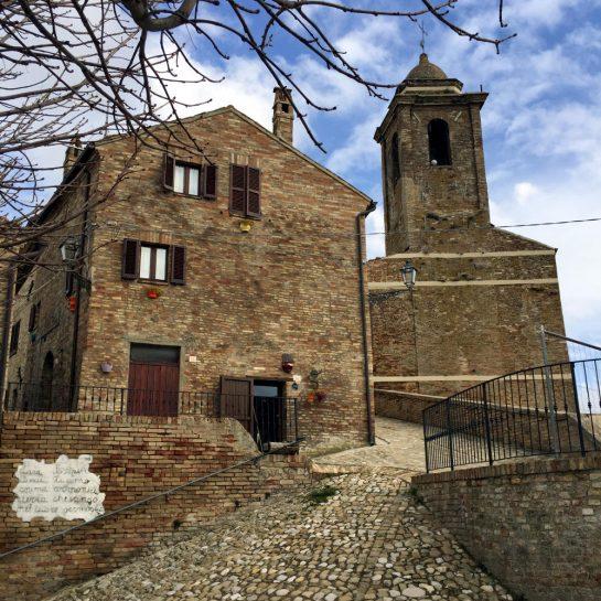 Carassai: Kirche in der Altstadt