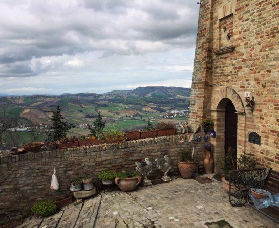 Carassai: Haus mit Aussicht ins Tal und Blumentöpfen vor der Tür