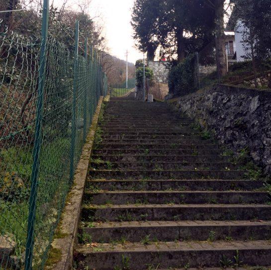 Tavernola Bergamasca: Aufstieg über Treppen