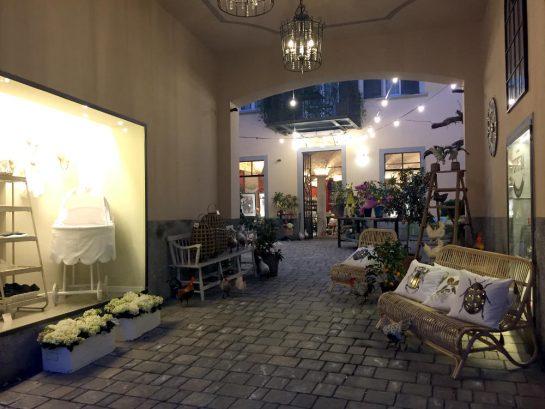 Bergamo: Durchgang zu einem Geschäft, Abendstimmung