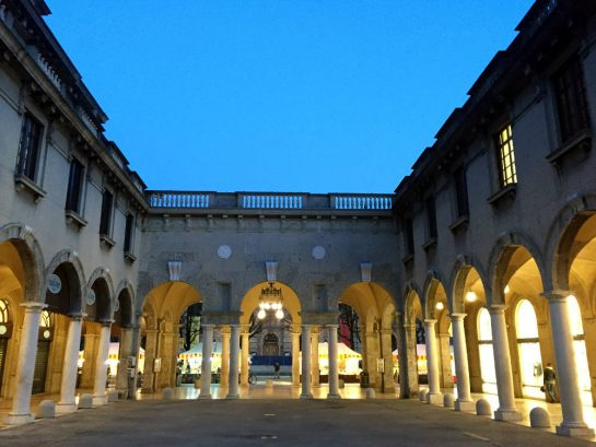 Bergamo: Beleuchteter Säulengang