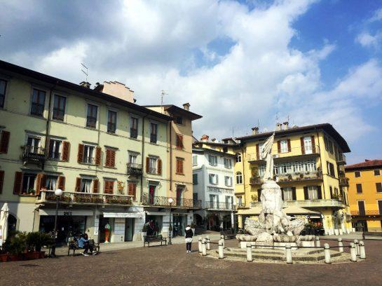 Lovere: Platz mit Brunnen