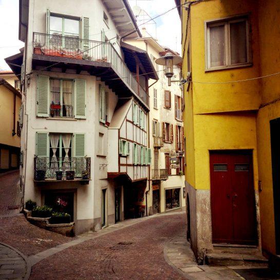 Gasse mit schmalem Haus in Lovere