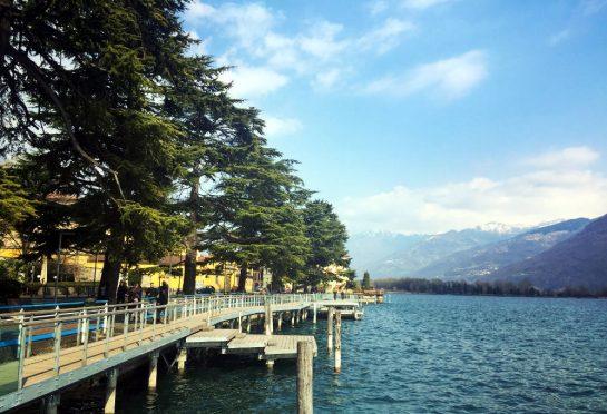 Lovere: See in Lovere mit Steg parallel zum Ufer und Tannen