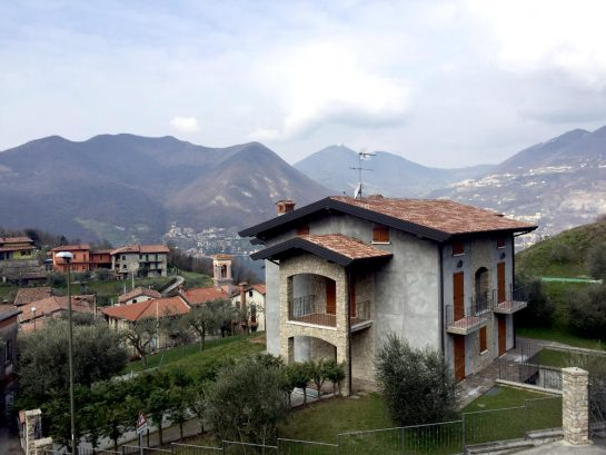 Haus vor Bergkulisse