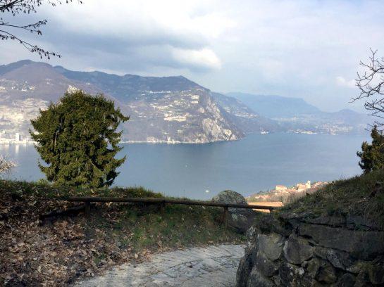 Weg nach oben, unten der See und Berge