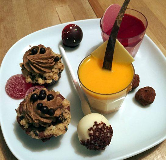 Verschiedene Pralinés und Mousse, ein Schoko-Lolli, kandierte Mandeln