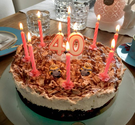 Torte mit 10 Kerzen und einer 40