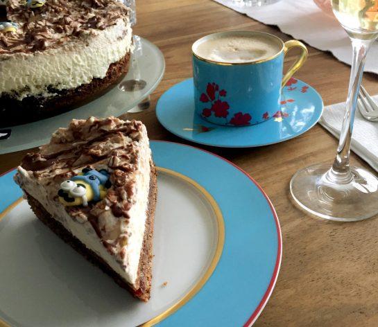 Tortenstück mit Kaffeetasse und Sektglas