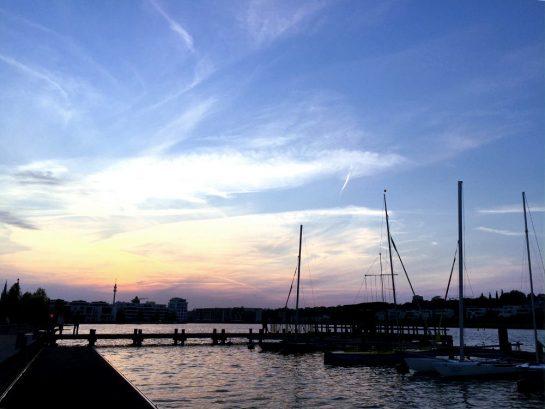 See mit Segelbooten im Abendrot