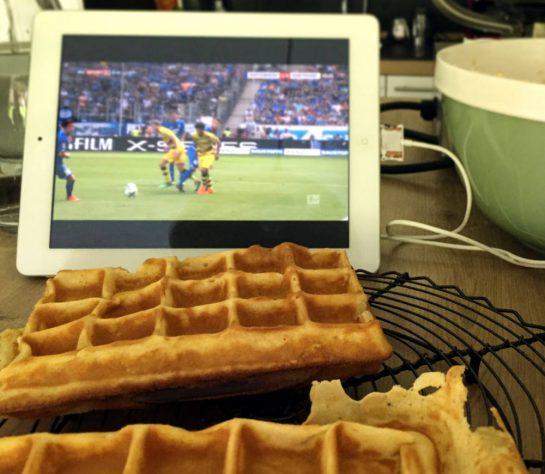 Waffeln auf einem Rost, dahinter ein iPad mit BVB-Spiel