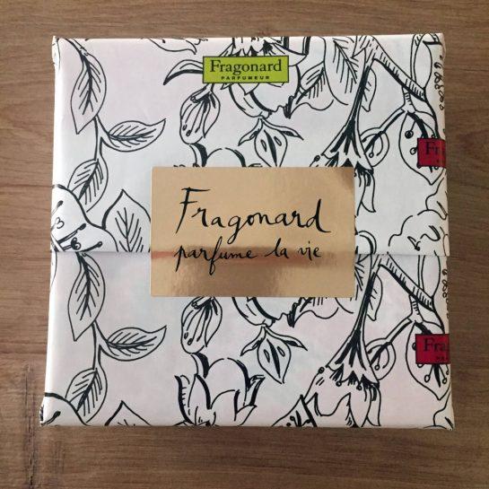 """Quadratisches Geschenk in schönem Papier, Aufschrift: """"Fragonard - parfume la vie"""""""