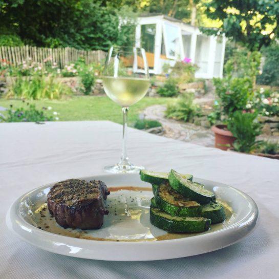 Abendessen vor Gartenkulisse