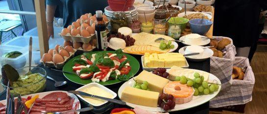 Frühstücksbuffet mit vielen Bioprodukten, frischem Käse und Gemüse