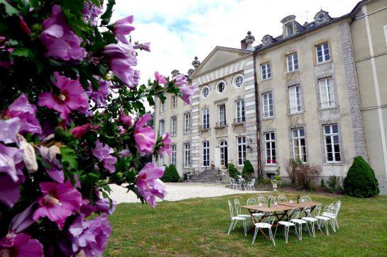 Pleurs: Schloss mit Hibiskus im Vordergrund