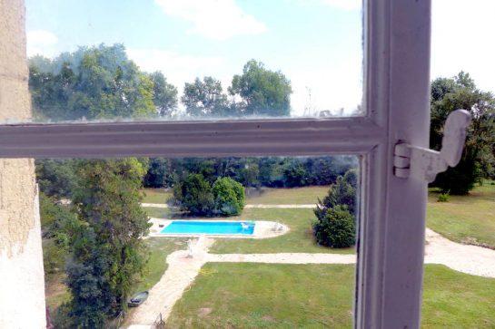Pleurs: Blick aus dem Fenster auf den Pool