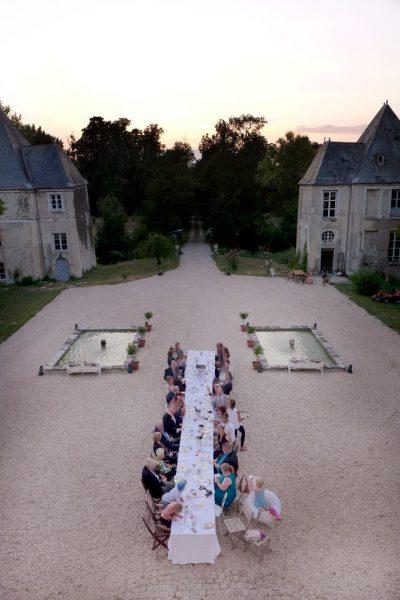 Pleurs: Blick auf die Tafel in den Schlosshof
