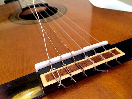 Gitarre: Saite aufziehen