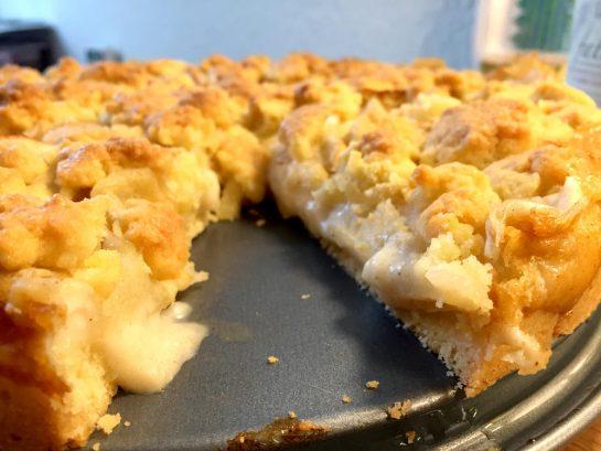 Apfelkuchen mit Streuseln und Vanillepuddingfüllung