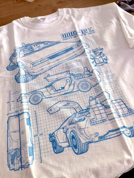 Weißes T-Shirt mit einer systematischen Zeichnung eines DeLorean