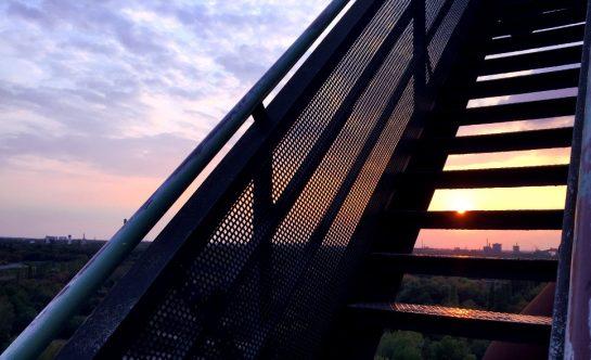 LaPaDu: Treppe, durch die die Sonne untergeht