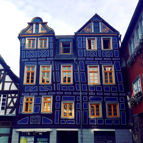 Idstein: Schiefes, blaues Haus