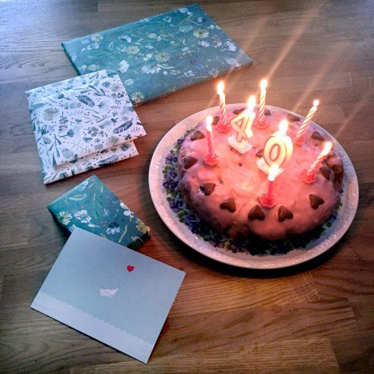Geburtstagstisch mit Kuchen und Kerzen