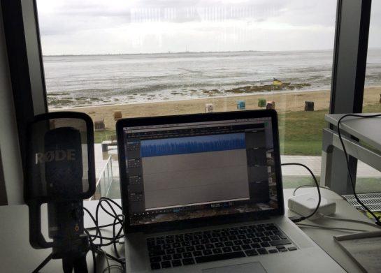 Rechner vor Fenster, Ausblick ins Watt
