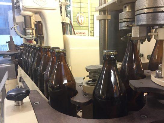 Maschine, die Kronkorken auf Flaschen macht