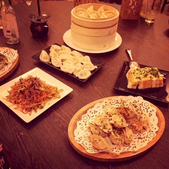 Tisch voller Teigtaschen