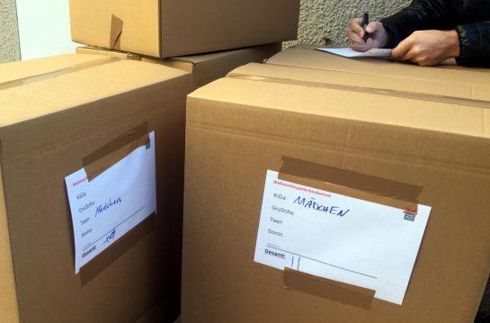 """Kartons mit der Aufschrift """"Mädchen"""" und der Anzahl der Päckchen"""