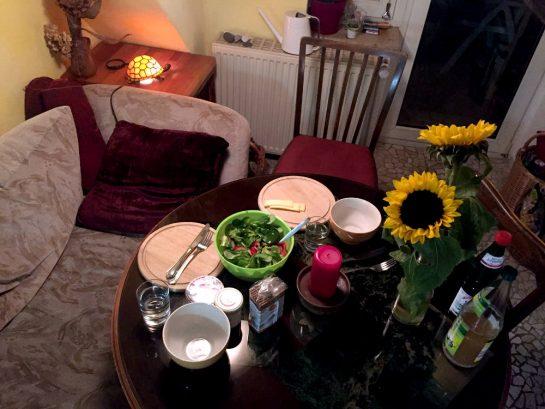 Ein gemütlicher TIsch mit Sofa und Abendessen