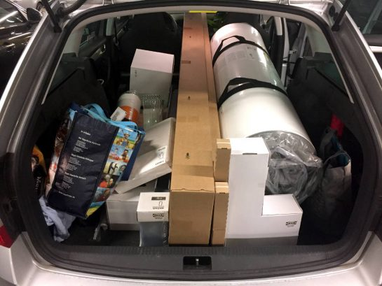 Mit Möbelkartons vollgepackter Kofferraum eines Kombi