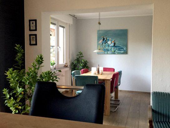 Esszimmer mit Bild, Blick aus der Küche